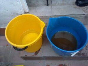 Baldes con agua sucia y limpia
